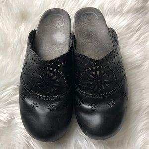 405 Dansko Women Blk leather clogs eyelet Sz 40